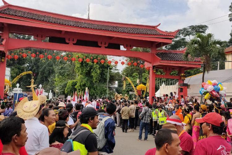 Pengunjung memadati acara Bogor Street Festival Cap Go Meh 2020, Sabtu (8/2/2020). Meski belum dimulai, terpantau sekitar 3.000 orang memadati Jalan Surya Kencana tempat di mana acara berlangsung.