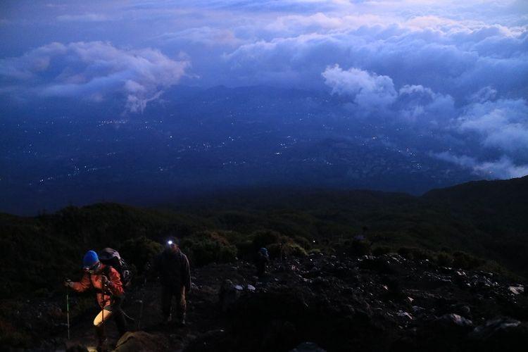 Pendaki menyusuri leher Gunung Slamet, Jawa Tengah. Gunung Slamet merupakan salah satu gunung api aktif di Indonesia.