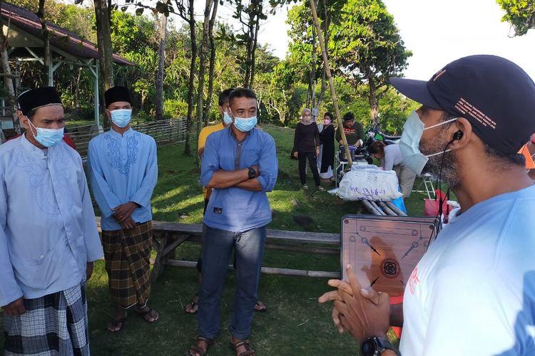 Tim Indonesia Offroad Federation (IOF) Jakarta memberi bantuan bagi para petani di Kampung Cegog, Desa Rancapinang, Kecamatan Cimanggu, Kabupaten Pandeglang, Provinsi Banten pada Sabtu (12/6/2021).