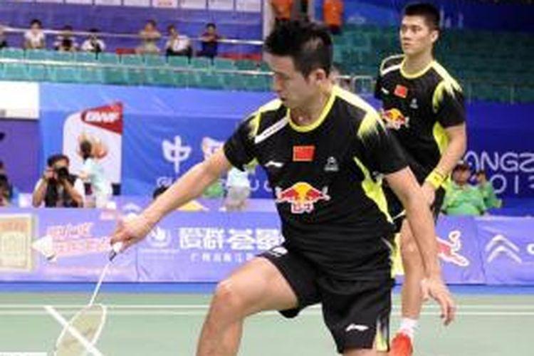 Ganda putra China, Cai Yun (kiri)/Fu Hai Feng, mengembalikan kok dari Mattijs Dierickx/Freek Golinski, pada pertandingan babak kedua BWF World Championships atau Kejuaraan Dunia 2013 yang digelar di Tian-He Indoor Gymnasium, Guangzhou, China, Rabu (7/8/2013).