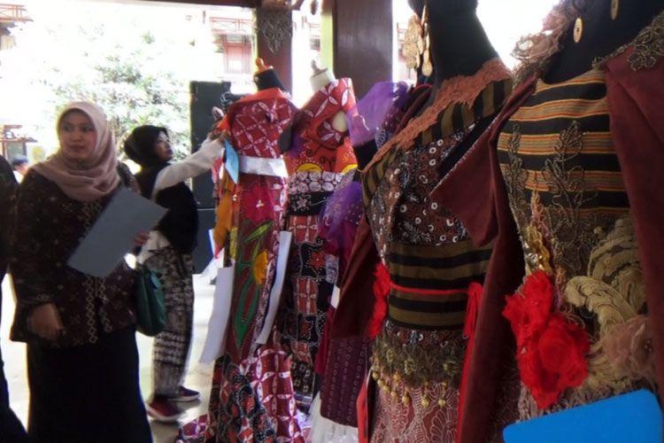 Pelanggan sedang memilih batik di Sentra Batik Wijirorejo.