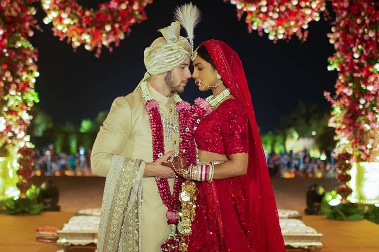 Priyanka Chopra dan Nick Jonas dalam balutan busana pengantin India.