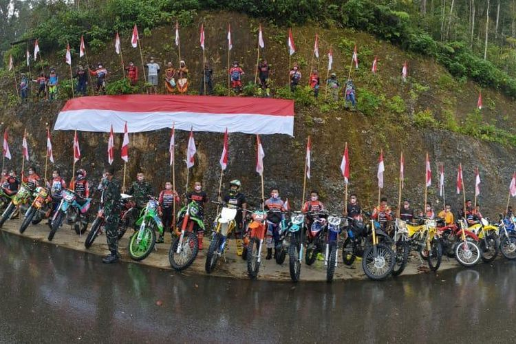 Komunitas Serui Motor Xtreme (SMX) Papua bersama komunitas olahraga motor trail Onterday menggelar pengibaran bendera  merah putih di Pegunungan Mambo, Kabupaten Kepulauan Yapen, Provinsi Papua, Minggu (16/8/2020).
