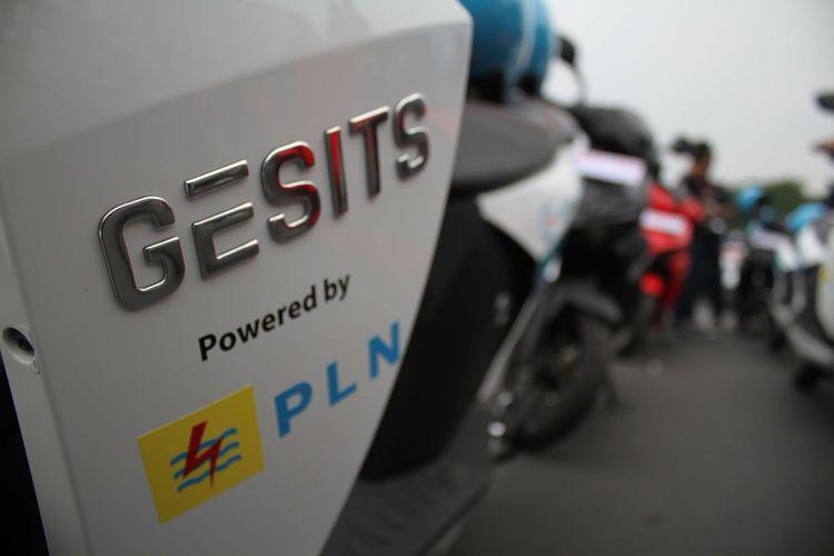 Motor Elektrik berjejer di Festival Jakarta Langit Biru, Bundaran Senayan, Jakarta Pusat, Minggu (27/10/2019). Kampanye tersebut bertujuan mengenalkan kendaraan listrik yang ramah lingkungan guna mengurangi polusi udara.