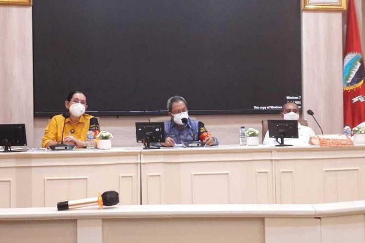 Sekrataris Kota Ambon, Anthony Gustav Latuheru didampingi Kepala DInas Kesehatan Kota AMbon, Wendy Pelupessy saat menyampaikan keterangan kepada wartawan di Kantor Wali Kota AMbon, Jumat petang (7/8/2020)