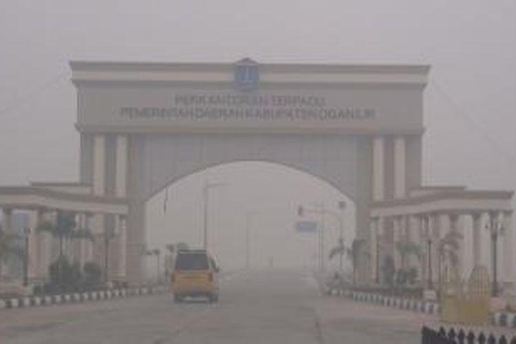 Gerbang kompleks Kantor Pemerintah Kabupaten Ogan Ilir diselimuti kabut yang sangat tebal, Sabtu (19/9/2015).