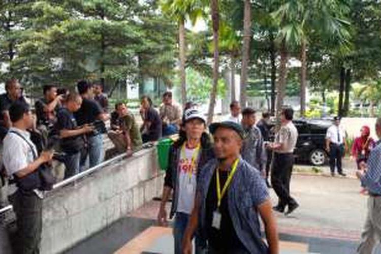 Personel Slank Bimbim dan Ivanka tiba di Gedung Komisi Pemberantasan Korupsi (KPK), Kuningan, Jakarta Selatan, Senin (21/2/2016). Mereka hendak menyuarakan penolakan terhadap revisi UU KPK.