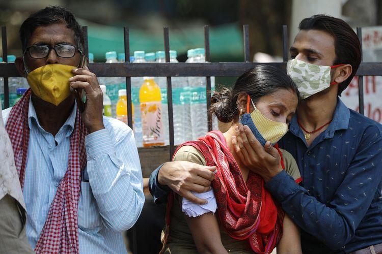 Kerabat pasien meninggal Covid-19 tak kuasa menahan kesedihannya di luar rumah sakit Lok Nayak Jaiprakash Narayan, New Delhi, India, pada Rabu (21/4/2021). India mencatatkan penambahan kasus harian tertinggi yaitu 314.000 pada Kamis (22/4/2021).