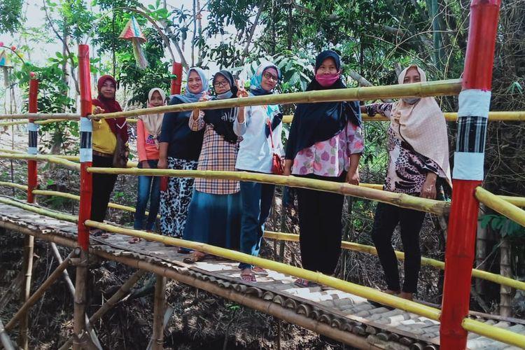 Pengunjung berfoto di jembatan selfie Kampoeng Pecel, Klaten, Jawa Tengah.