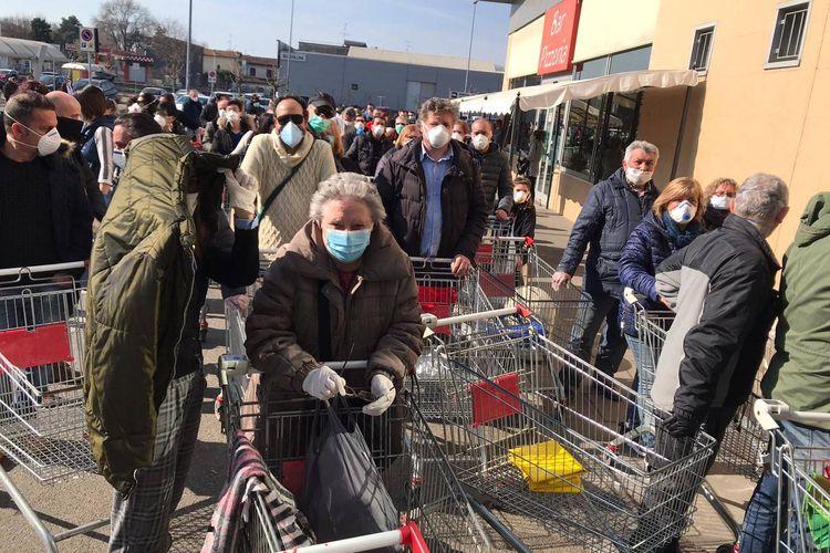 Warga di Codogno mengantre untuk membeli makanan dan persediaan lainnya di supermarket pada 24 Februari 2020. Codogno dianggap sebagai Wuhannya Italia setelah wabah virus corona muncul dari sana.