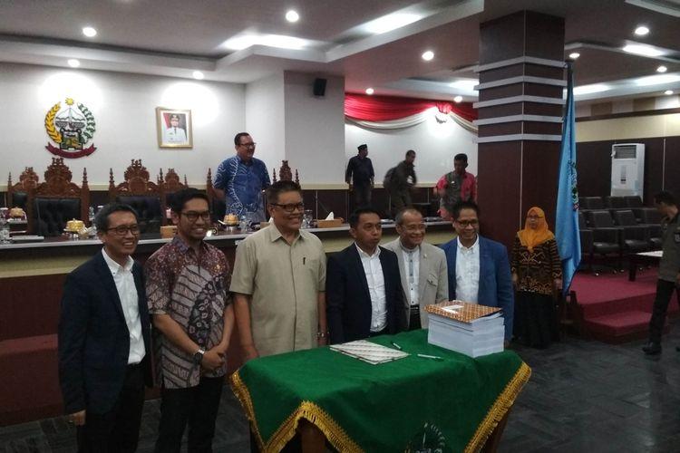 Pimpinan DPRD Sulsel bersama pimpinan panitia khusus hak angket DPRD Sulawesi Selatan usai rapat paripurna di Gedung DPRD Sulsel, Jumat (23/8/2019).