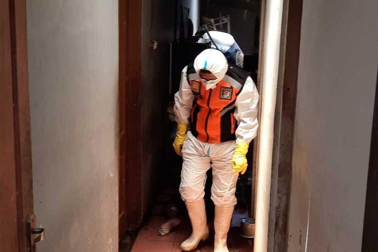 Tim Inafis Polresta Tasikmalaya sedang mengevakuasi temuan mayat seoran pria tua yang tinggal sendirian di rumahnya di Kecamatan Sukaresik, Kabupaten Tasikmalaya, Jumat (24/9/2021) sore.