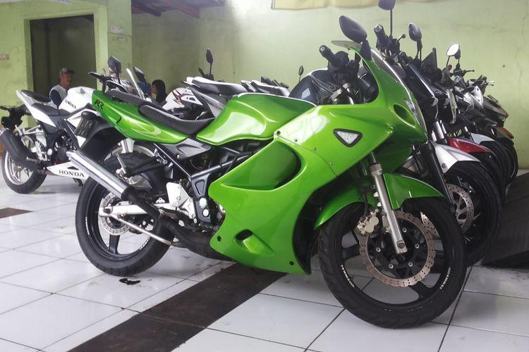 Salah satu Ninja 2 Tak tipe RR yang dijual di diler motor bekas Sukses Motor di Pasar Rebo, Jakarta Timur, Rabu (31/1/2018).