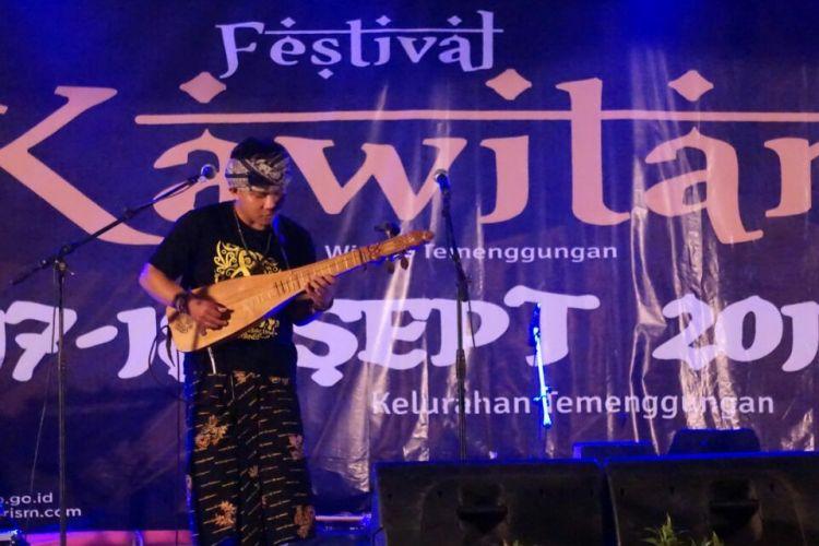 Alat musik dawai Karmawibhangga tampil pada Festival Kawitan (Kampung Wisata Temenggungan) Banyuwangi, Jawa Timur yang diselenggarakan Senin (18/9/2017).