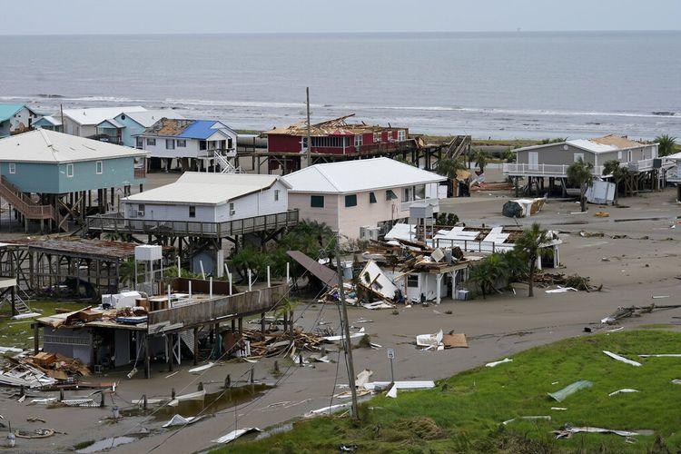 Sisa-sisa rumah dan bisnis yang hancur terlihat setelah Badai Ida di Grand Isle, La., Selasa, 31 Agustus 2021.