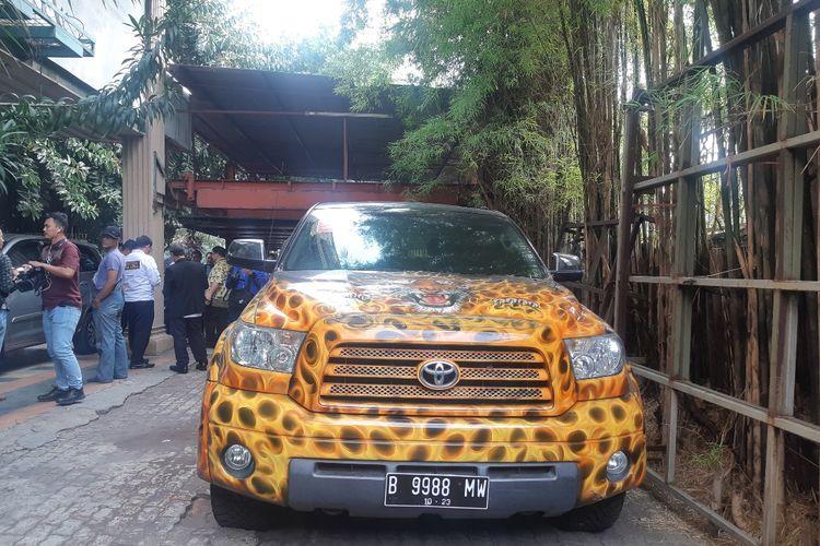 Toyota Tundra 57D.CAT keluaran 2010 denganairbrushmacan juga menggunakan nomor polisi palsu terjaring razia di kawasan Cengkareng, Jakarta Barat, Jumat (6/12/2019)
