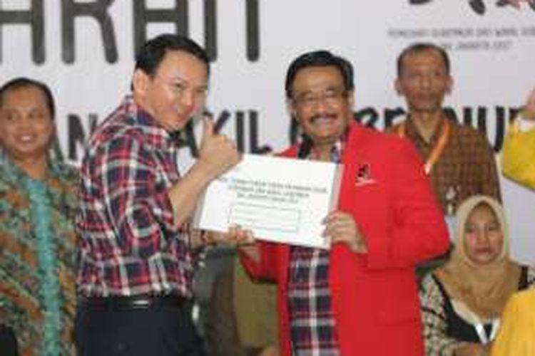 Basuki Tjahaja Purnama (Ahok) dan Djarot Saiful Hidayat berpose seusai mendaftar di KPU DKI Jakarta, Rabu (21/9/2016). Sejumlah perwakilan partai mulai mendaftarkan Cagub dan Cawagub DKI Jakarta, jelang pilkada 2017  mendatang.