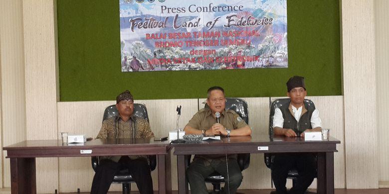 Kepala Balai Besar Taman Nasional Bromo Tengger Semeru (TNBTS) John Kennedie dalam konferensi pers di Kantor TNBTS di Kota Malang, Jawa Timur, Selasa (6/11/2018).