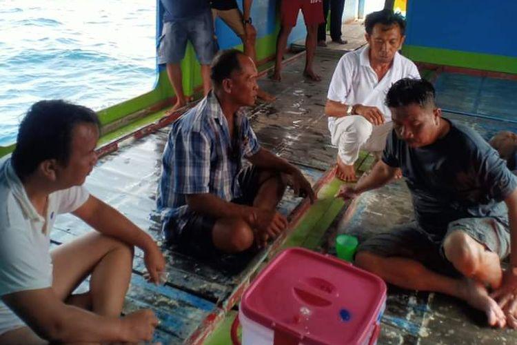Calon bupati Banggai Laut, Rusli Banun, (dua dari kiri) di kapal yang menyelamatkannya setelah mengalami kecelakaan laut, Senin (2/11/2020).