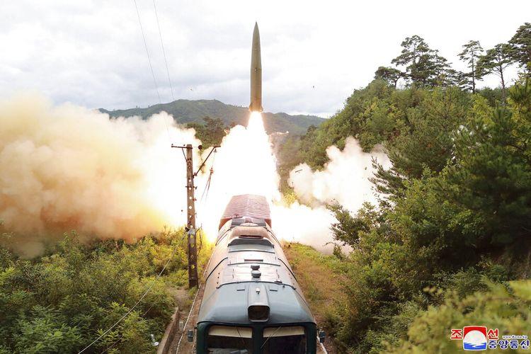 Foto ini disediakan oleh pemerintah Korea Utara Kamis, 16 September 2021, menunjukkan uji coba rudal yang diluncurkan dari kereta api pada 15 September 2021 di lokasi yang dirahasiakan Korea Utara.
