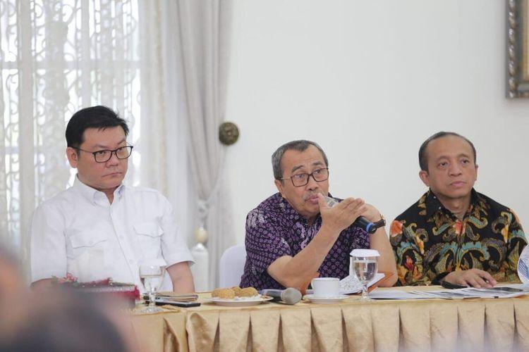Gubernur Riau, Syamsuar (tengah) saat mengadakan rapat terbatas dengan KLHK terkait pembentukan KPH untuk mengatasi karhutla di Riau, Sabtu (7/3/2020).