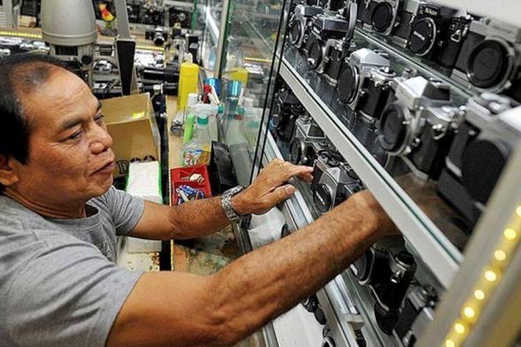 Beragam merek kamera analog yang masih dijual salah satu toko kamera di Harco Pasar Baru, Jakarta Pusat, Rabu (16/9). Pasar ini bertahan dengan konsistensinya menyediakan barang-barang spesifik.
