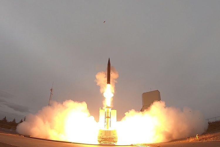 Peluncuran rudal supersonik anti-balistik Arrow-3 milik Israel, bekerja sama dengan AS, dalam uji coba di Alaska.
