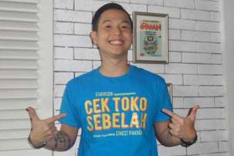 Ernest Prakasa menggelar peluncuran trailer film Cek Toko Sebelah yang disutradarainya di Comic Shop, di kawasan Tebet, Jakarta Selatan, Kamis (8/12/2016).