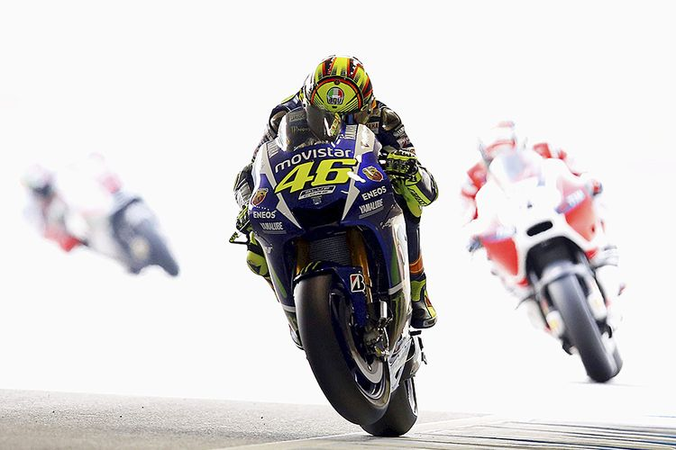 Yamaha MotoGP rider Valentino Rossi (C) of Italy rides during a free practice session at the Twin Ring Motegi circuit ahead of Sundays Japanese Grand Prix in Motegi, north of Tokyo, Japan, October 9, 2015. REUTERS/Issei Kato      TPX IMAGES OF THE DAY