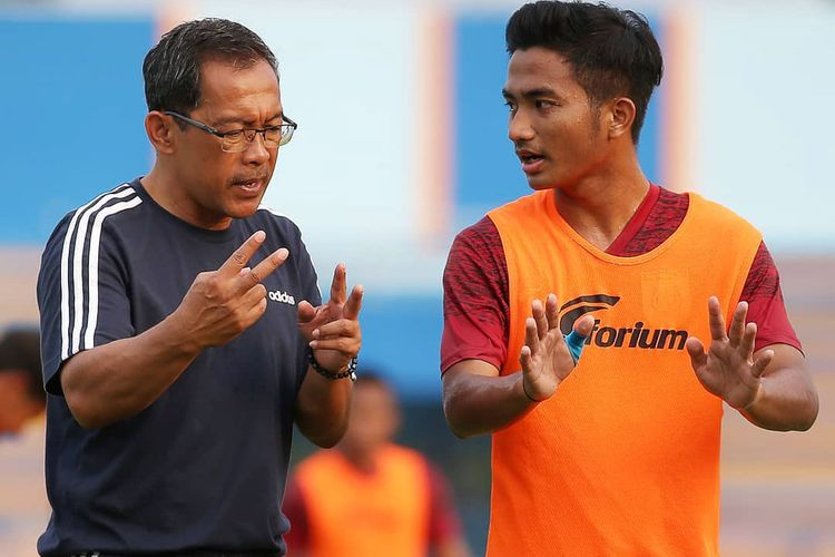 Pelatih Persela Aji Santoso (kiri) saat berdiskusi dengan Muhammad Hambali Tholib dalam sesi latihan.