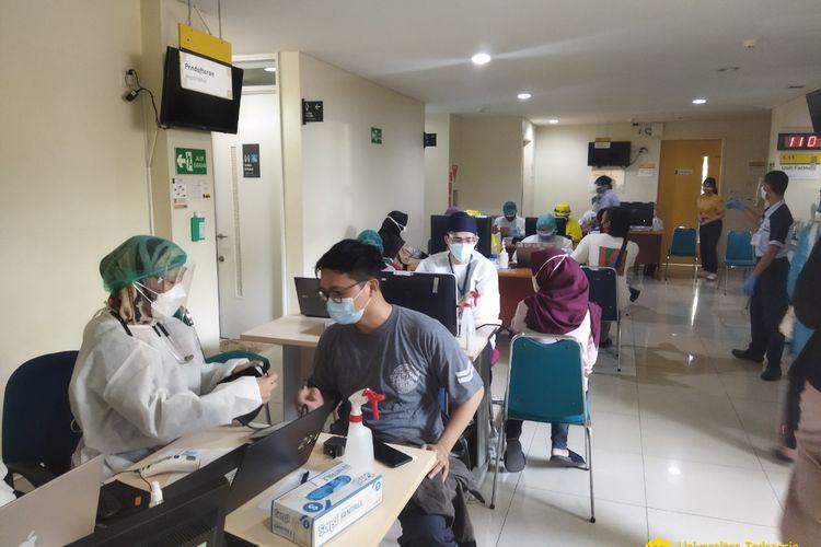 Universitas Indonesia (UI) menggelar vaksinasi tahap pertama bagi mahasiswa yang berlangsung di Klinik Satelit UI Makara, Kampus Depok, pada 21-23 Juli 2021.