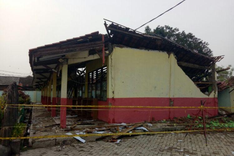 Atap bangunan Sekolah Dasar Negeri Malangnengah II, Pegedangan,  Kabupaten Tangerang, roboh. Diduga robohnya bangunan tiga kelas karena intensitas hujan deras yang mengguyur wilayah tersebut