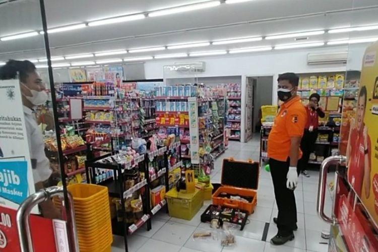 Tim Inafis Polres Brebes menggelar olah TKP di sebuah Alfamart yang dibobol pencuri, Senin (1/3/2021) (Istimewa)