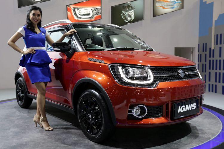 Sales promotion girl berpose di samping Suzuki Ignis saat ajang Indonesia International Motor Show (IIMS) 2017 di JI Expo, Kemayoran, Jakarta, Jumat (28/4/2017). Ajang pameran otomotif terbesar di Indonesia ini akan berlangsung hingga 7 Mei mendatang. KOMPAS IMAGES/KRISTIANTO PURNOMO