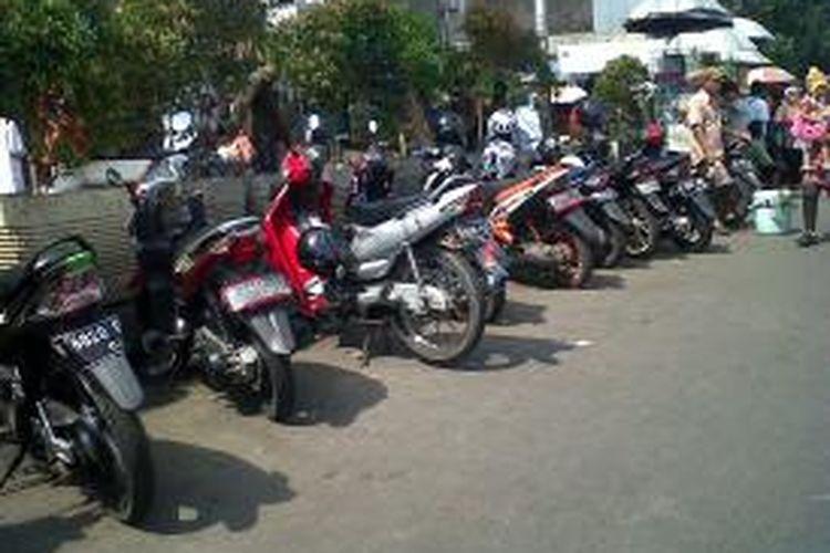 Parkir liar dan PKL di Pasar Kemuning, Jatinegara, Jakarta Timur kembali duduki trotoar dan bahu jalan. Selasa (5/8/2014).