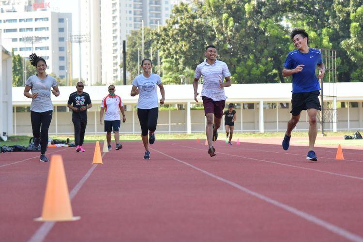 Para atlet nasional cabang olahraga atletik menjalani sesi latihan di Stadion Madya, GBK, Senayan, Jakarta.