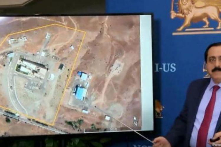 Juru Bicara Dewan Nasional Perlawanan Iran (NCRI), Alireza Jafazadeh, menunjukkan citra satelit yang diklaim sebagai fasilitas nuklir Iran.