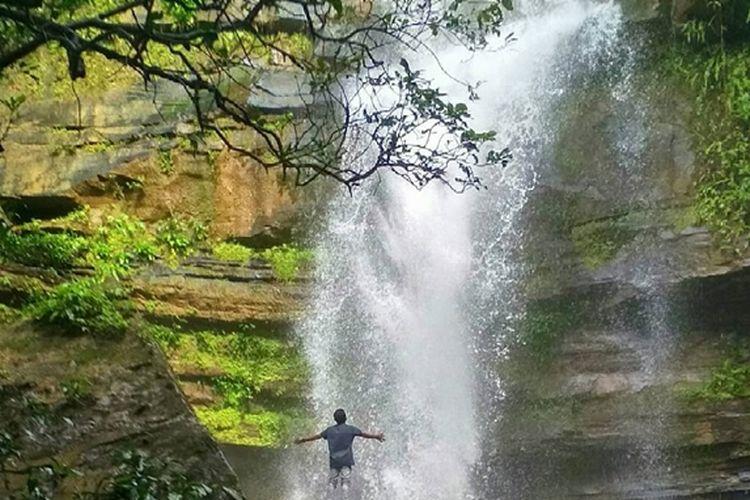 Ari Terjun Tembinus merupakan salah satu objek wisata yang berada di wilayah Kabupaten Penajam Paser Utara, Kalimantan Timur.