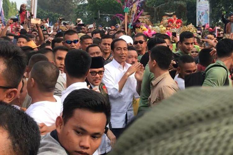 Capres 01 Joko Widodo saat berjalan kaki ke kampanye terbuka di Bukit Gelanggang, Kota Dumai, Selasa (26/3/2019).