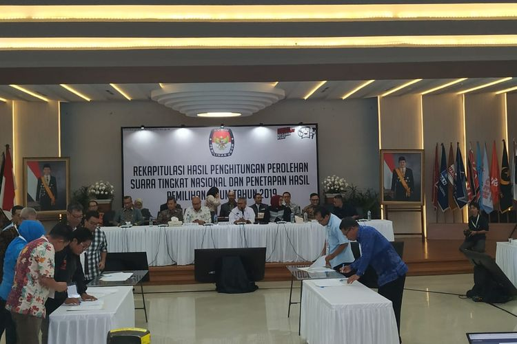 Penandatanganan berita acara hasil rekapitulasi suara Pemilihan Umum 2019 yang ditetapkan oleh Komisi Pemilihan Umum (KPU).