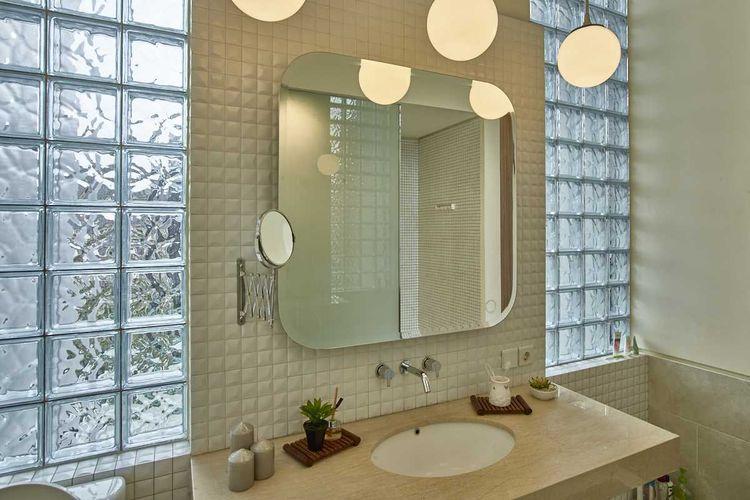 Cermin kamar mandi retro Tena House Mekar Wangi karya Dinardithen Studio