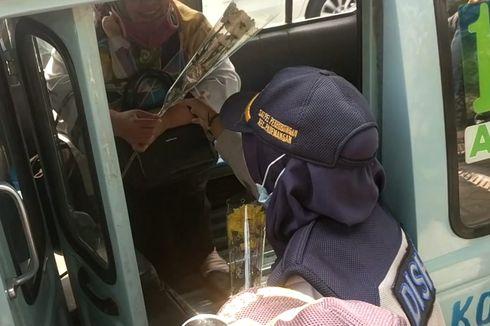 Sudinhub Jakarta Utara Bagi-bagi Bunga untuk Pengguna Transportasi Umum