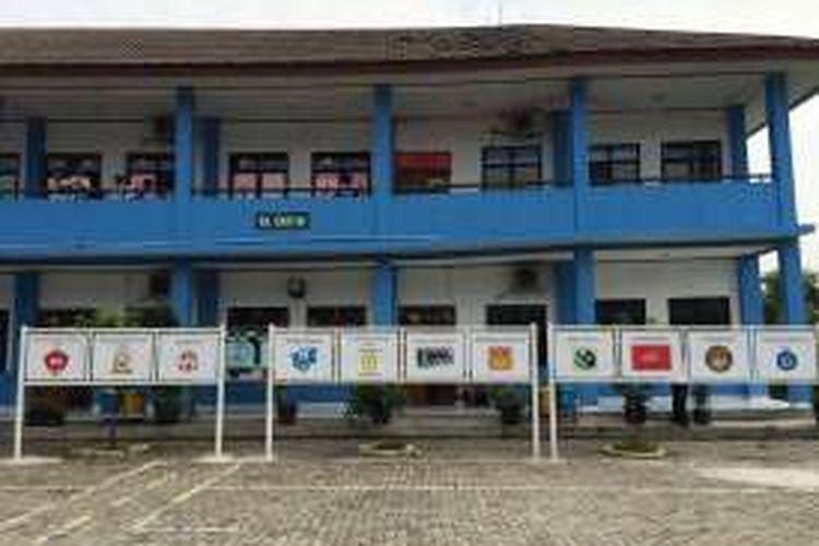 Gedung SMAN 15 Kota Tangerang miring dan retak.