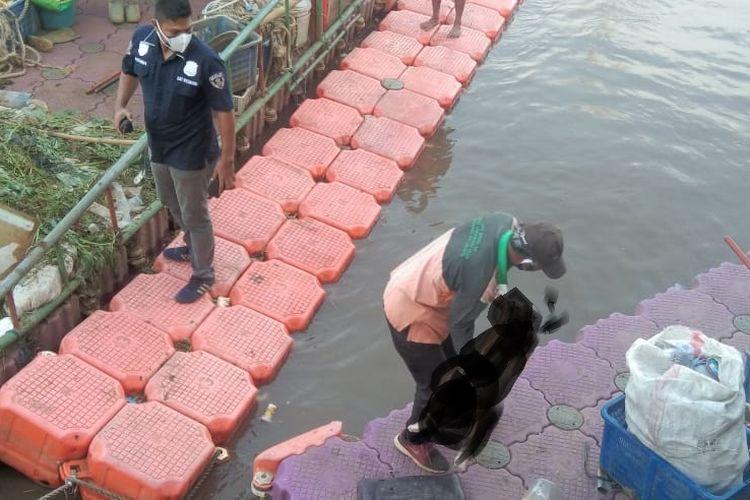 Jenazah bocah yang diperkirakan berusia empat tahun ditemukan di aliran Kanal Banjir Barat, Tambora, Jakarta Barat, pada Selasa (22/6/2021).