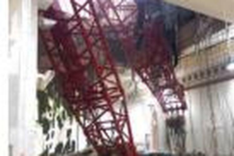 Sebuah alat berat proyek (crane) terjatuh di Masjidil Haram, Mekkah, Jumat (11/9/2015), dan menimpa para jemaah yang tengah melakukan shalat maghrib.