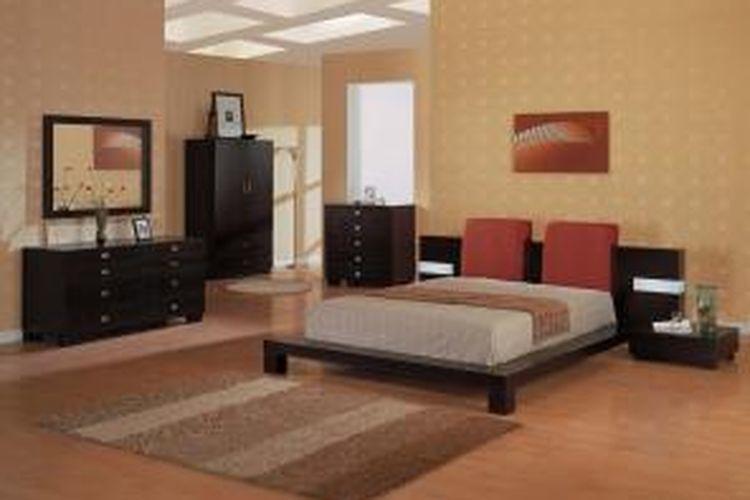 Kamar tidur dengan karpet dan perbedaan warna pada dinding dan lantai membuat tampilan berbeda.