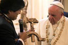 Hadiah Salib Kombinasi Palu Arit untuk Paus Fransiskus Picu Perdebatan