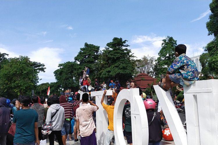 Aksi Demonstrasi Warga Madura Mengatasnamakan Koalisi Masyarakat Madura Bersatu di Depan Kantor Balai Kota Surabaya, Senin (21/6/2021)