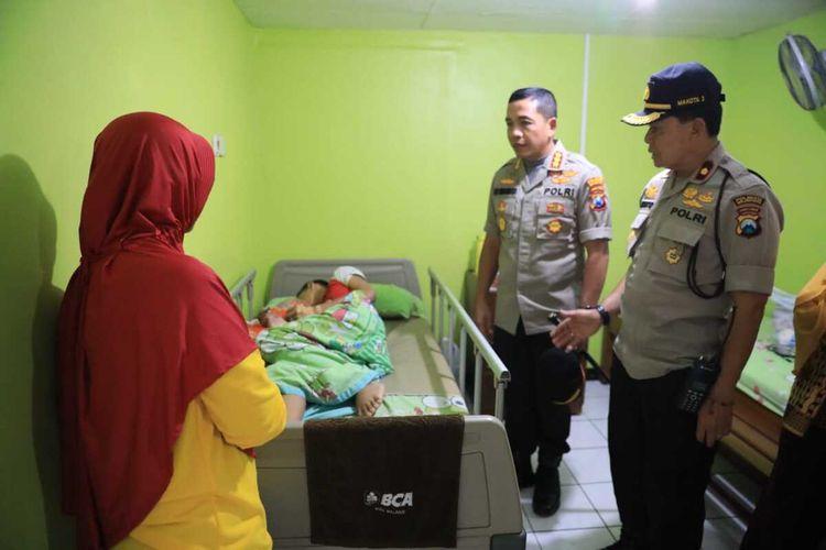 Kapolresta Malang Kota, Kombes Pol Leonardus Simarmata saat melihat kondisi siswa korban perundungan di Rumah Sakit Umum Lavalette Kota Malang, Jumat (31/1/2020)