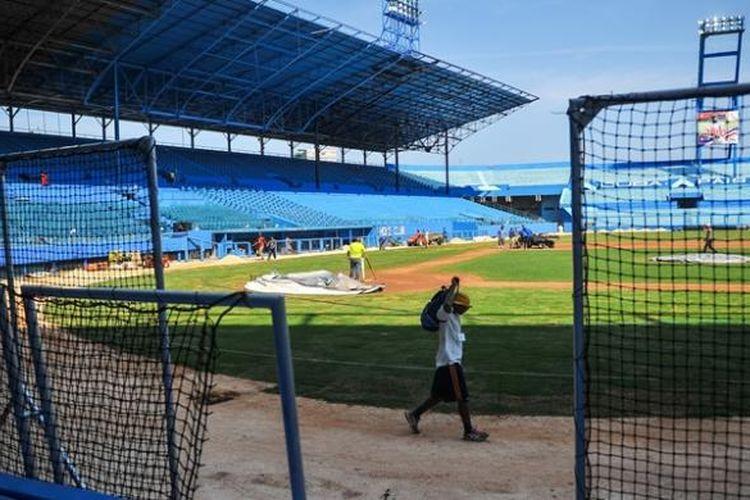 Sejumlah pekerja tengah sibuk merenovasi Estadio Latinoamerica tempat laga persahabatan tim nasional baseball Kuba melawan Tampa Bay Rays pada Selasa (22/3/2016). Laga ini rencananya akan disaksikan Presiden AS Barack Obama.
